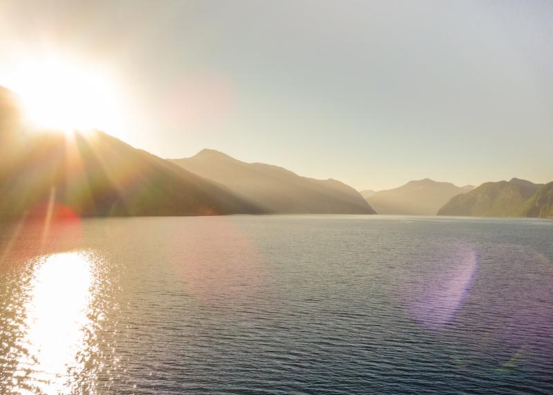 Norwegen Kreuzfahrt Sonnenaufgang im Geirangerfjord