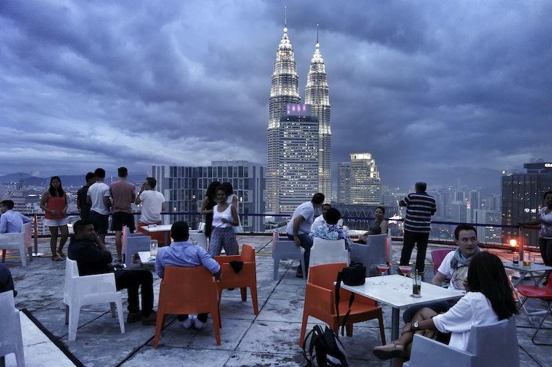 Die coolste Rooftop Bar der Welt: Heli Lounge in Kuala Lumpur
