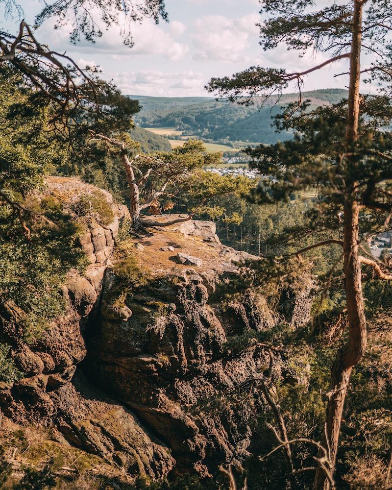 Buntsandsteinfelsen wandern in der Eifel